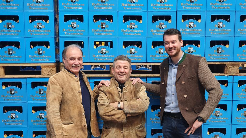 Schlagkräftig neu aufgestellt: Hofbräuhaus Traunstein Geschäftsführer Josef Schumacher übergibt an Richard Hundhammer (li) und Andi Hell (re)